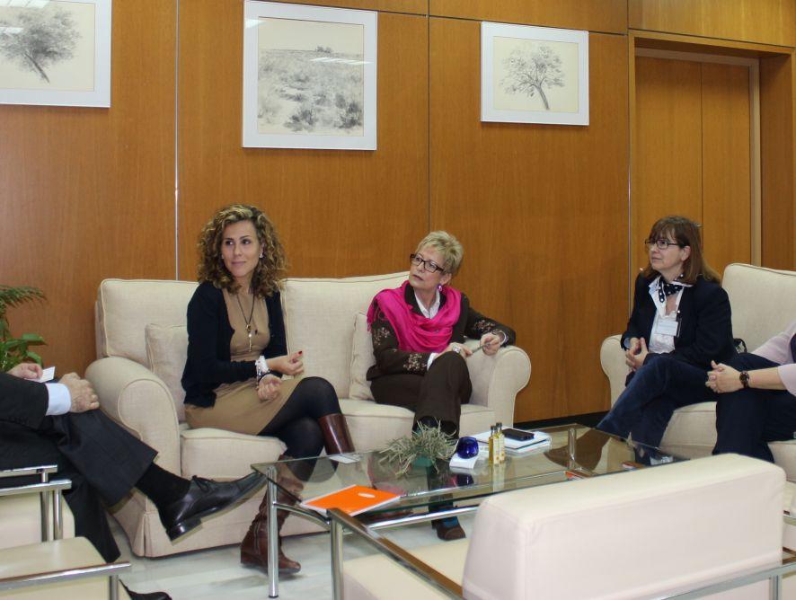 Elena Víboras recibe a la Junta Directiva de APAE