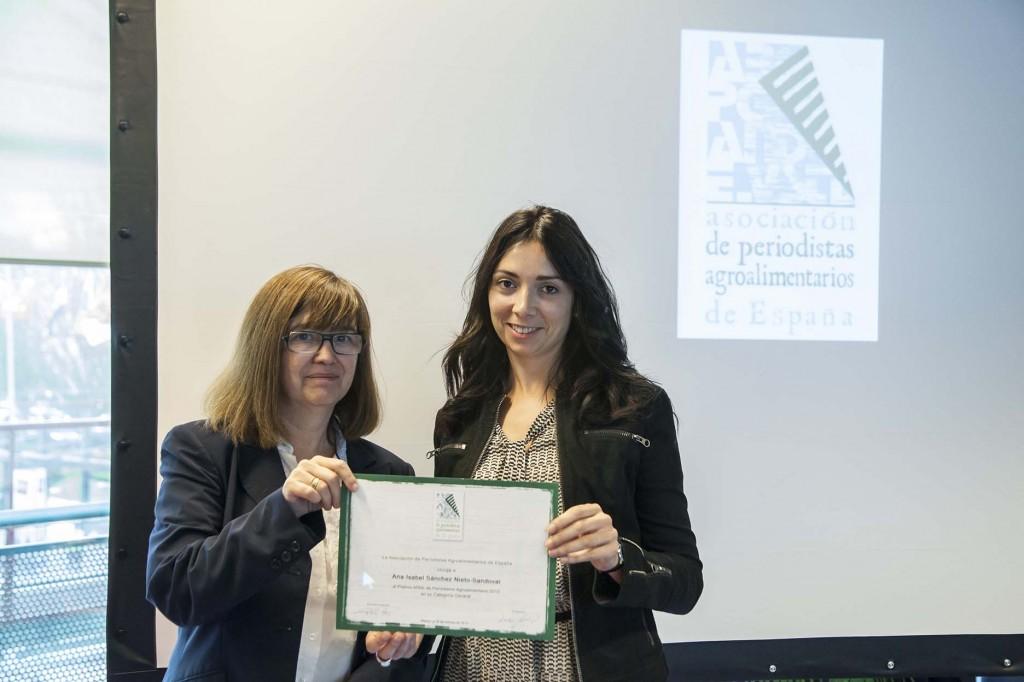 Ana Isabel Sánchez (derecha) recibe el diploma de manos de la presidenta de APAE, Lourdes Zuriaga (izquierda). Copyright: Fernando Madariaga/IFEMA