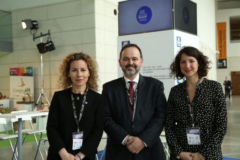 De izquierda a derecha: Monica Andrés (directora general de Yara Iberian), Jesús López (Responsable del Área Internacional de APAE) y Margarita Sánchez (Marketing Manager de Yara Iberian)