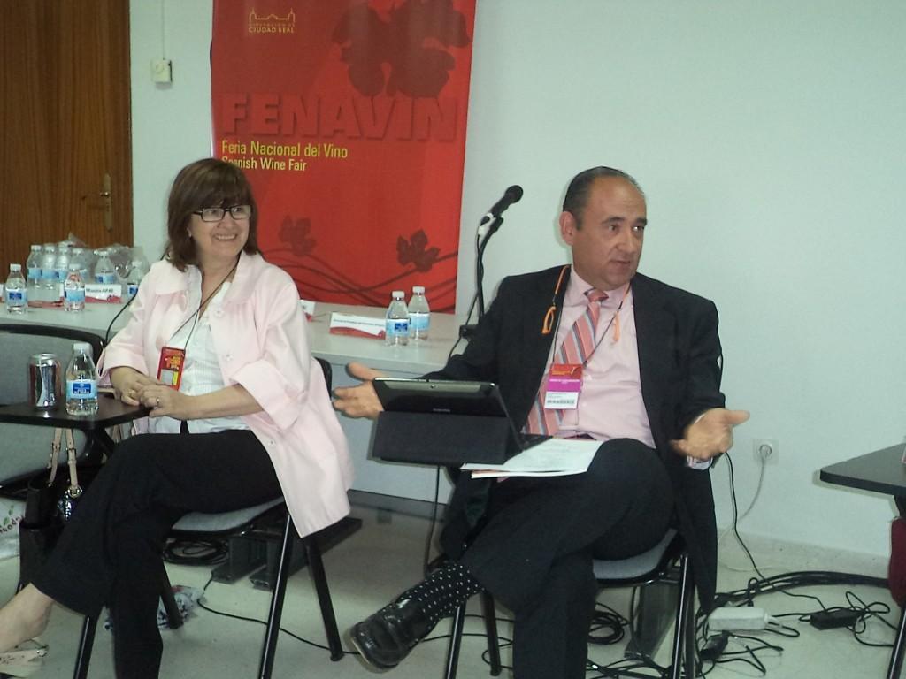 La presidenta de APAE, Lourdes Zuriaga, y el director de La Semana Vitivinícola, Salvador Manjón