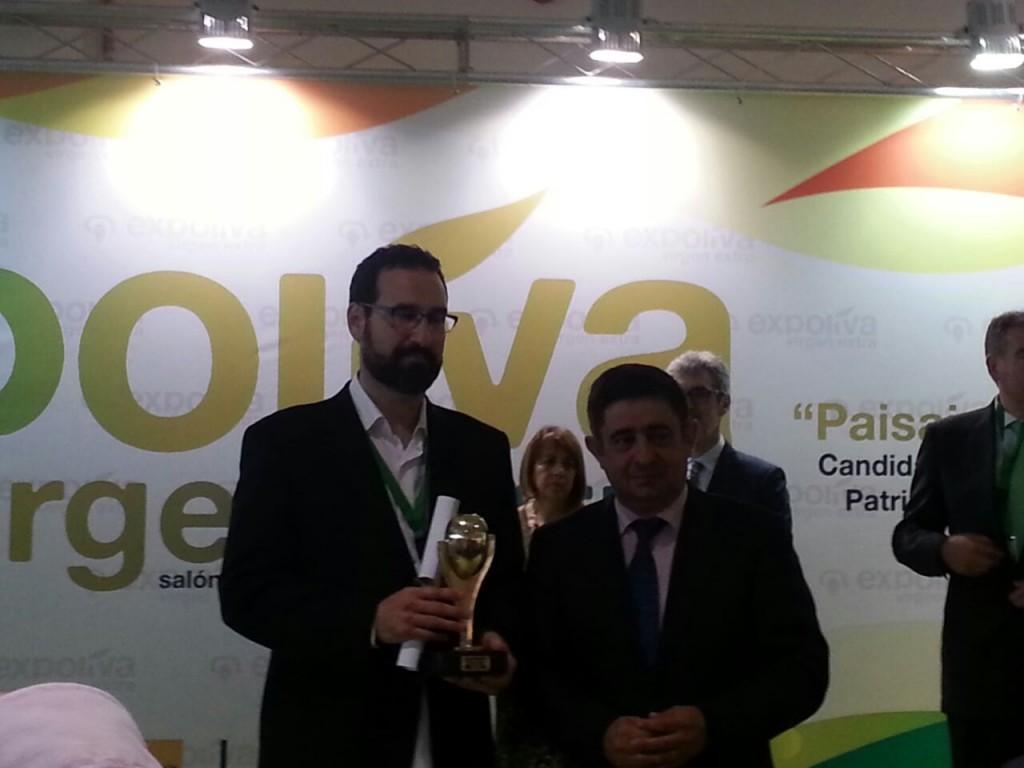 A la izquierda Miguel Ángel Mainar (vicepresidente de APAE); a su derecha, Francisco Reyes (Presidente de la Diputación de Jaén)