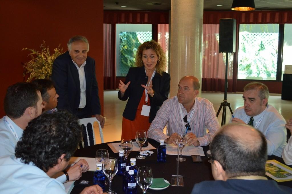 Mónica Andrés, Directora General de Yara Iberian, con parte del equipo humano de Yara.