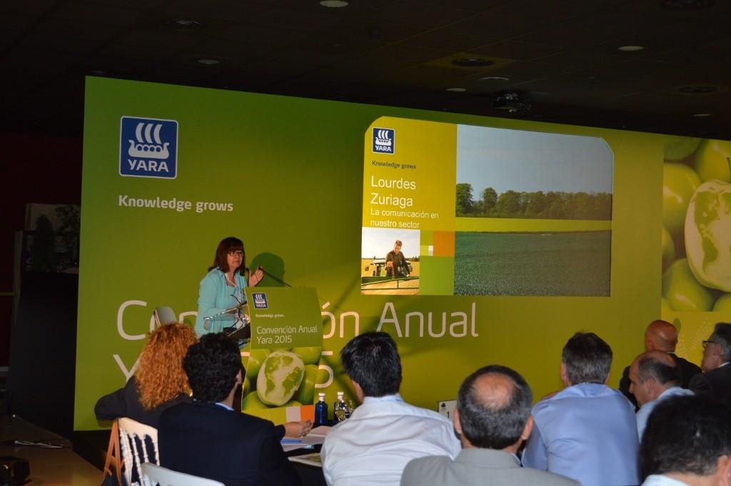 Lourdes Zuriaga, presidenta de APAE, durante su intervención en la que habló de comunicación en el sector agrario.