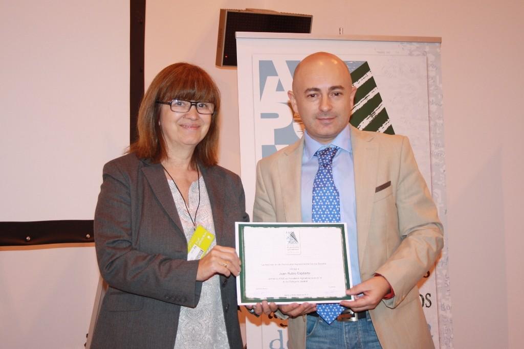 Lourdes Zuriaga (presidenta de APAE) entrega premio a Juan Rubio