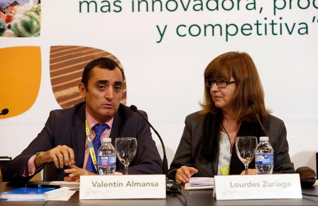 El director general de la Sanidad de la Producción Agraria del Magrama, Valentín Almansa, junto a la presidenta de APAE, Lourdes Zuriaga