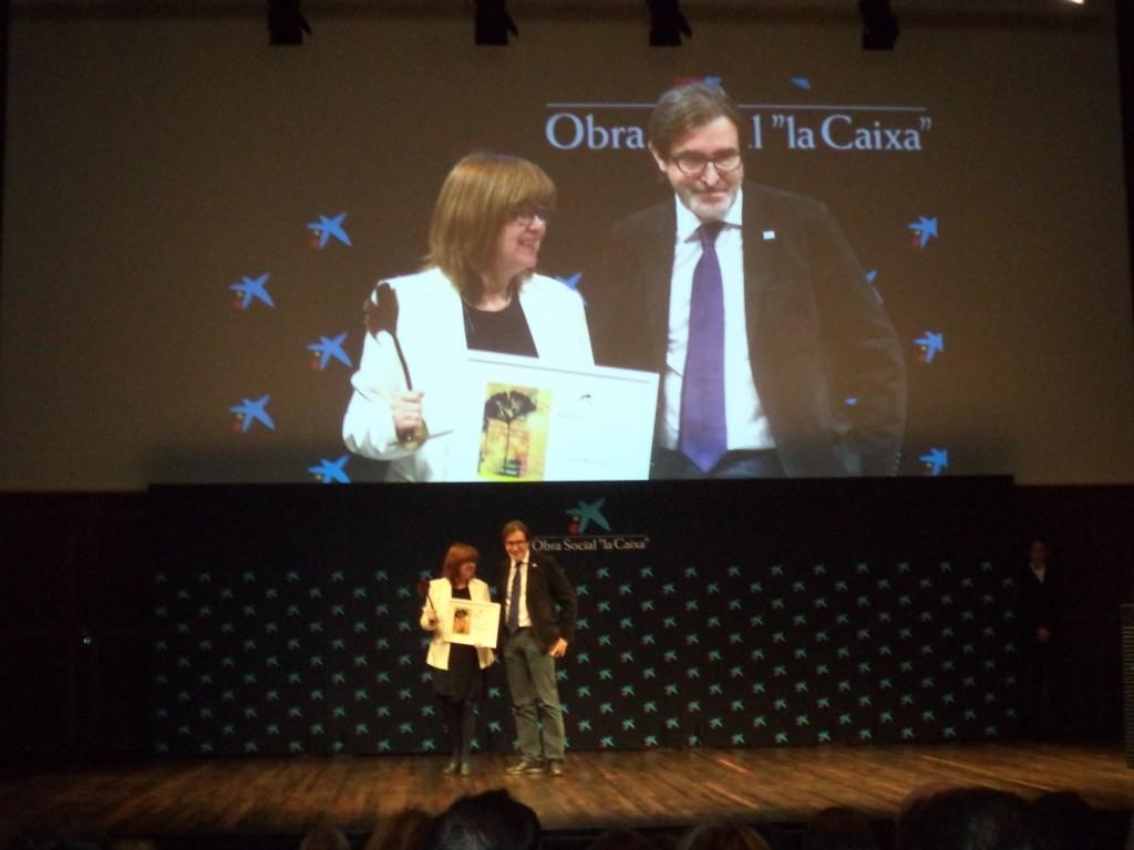 Lourdes Zuriaga recogiendo el premio en representación de Ezequiel Martínez