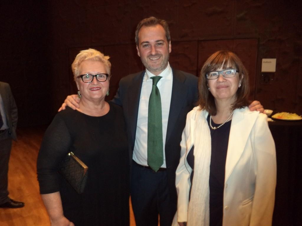 De izquierda a derecha: Lola Catalá (Presidenta de Honor de la Fundación José Navarro), José Navarro (Gerente de Herbolarios Navarro) y Lourdes Zuriaga (Presidenta de APAE)
