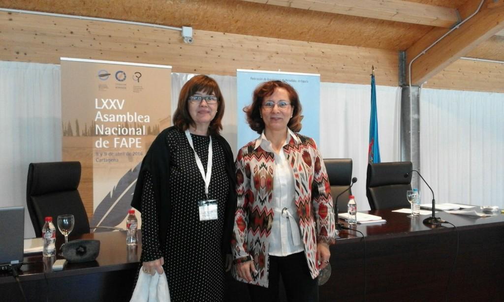 Lourdes Zuriaga (izquierda) junto a la presidenta de la FAPE, Elsa González (derecha).