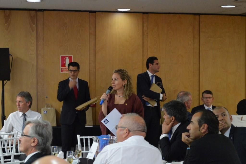Mónica Andrés da la bienvenida a los asistentes momentos antes de la entrega de diplomas a los clientes Partners.
