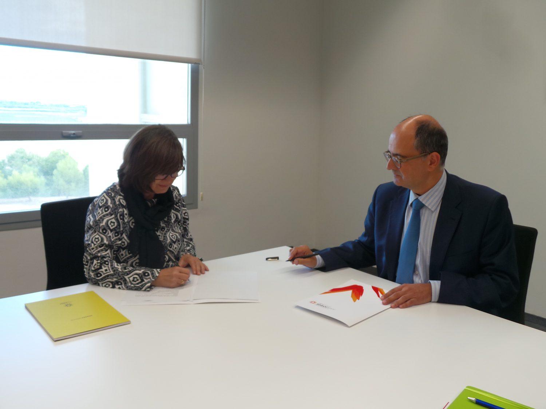 La presidenta de APAE, Lourdes Zuriaga, y el rector de la Universidad San Jorge, Carlos Pérez Caseiras, durante la firma del convenio entre ambas entidades.