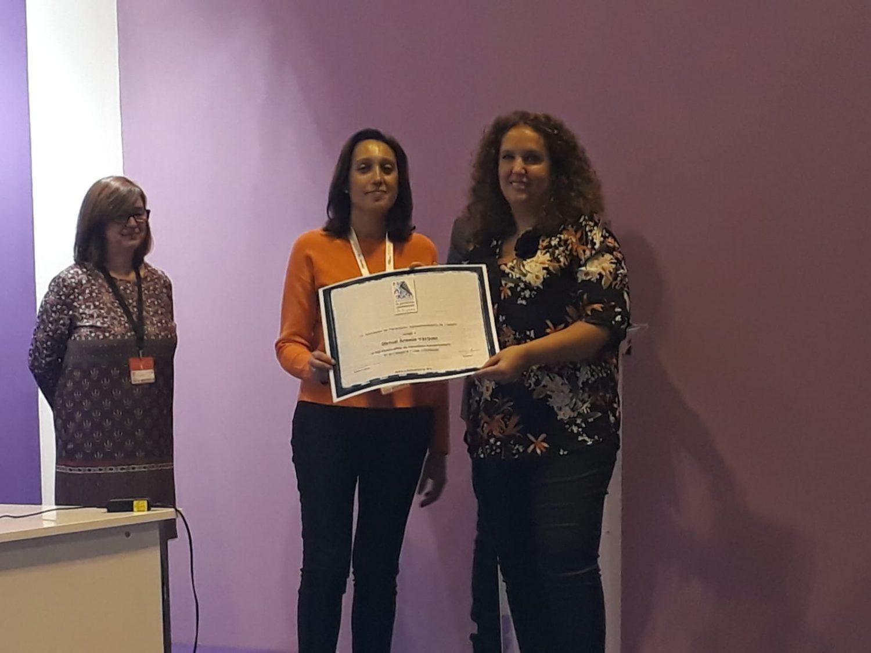 Emma Ansede (derecha) recoge el diploma, en representación de Manuel Ansede, de manos de la responsable de comunicación de FEPEX, Begoña Jiménez