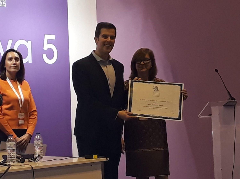 El periodista David Centellas recoge el diploma de manos de la presidenta de APAE, Lourdes Zuriaga